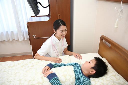 入院中の男の子と看護師