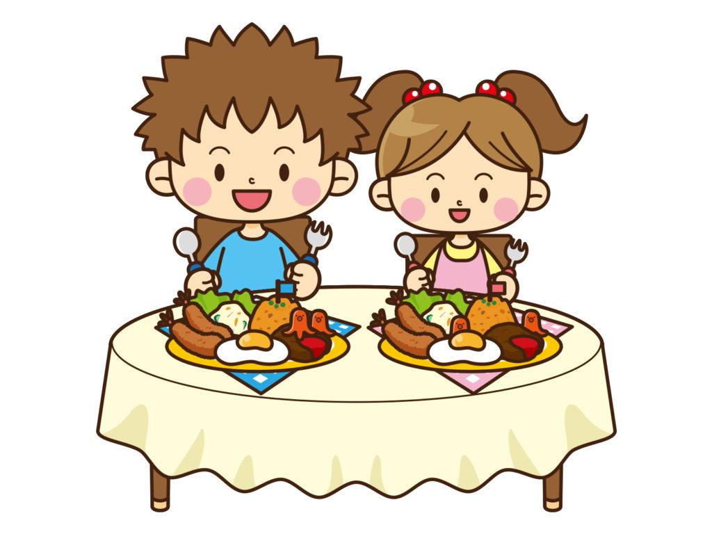 お子様ランチを食べる男の子と女の子