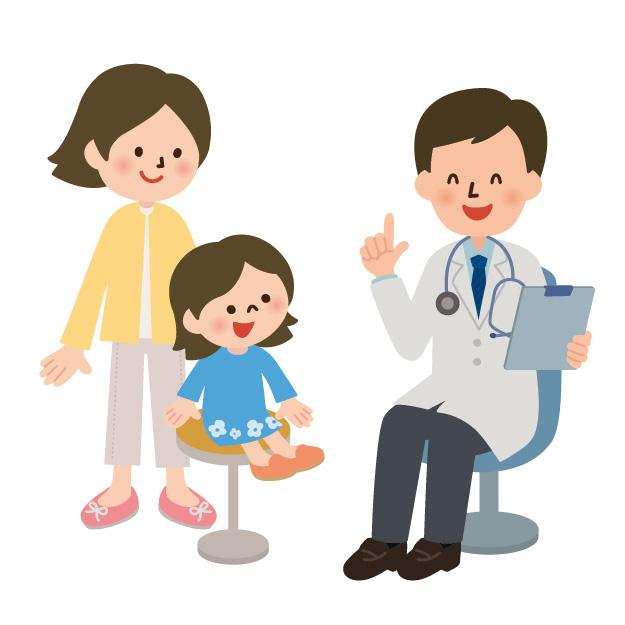 小児科で母親と問診を受ける子ども